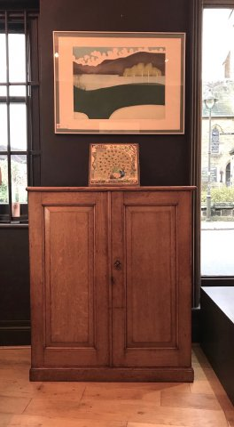 F855 ARTS & CRAFTS OAK CABINET WITH FITTED INTERIOR
